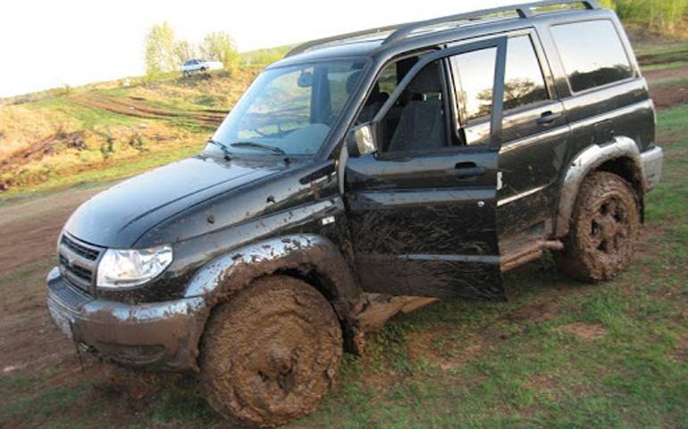 Колеса УАЗа забиты грязью